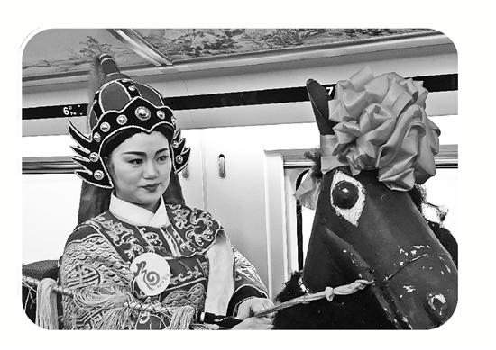 战马女演员宣传富阳龙门古镇,她身后行李架上装饰了富春山居图。