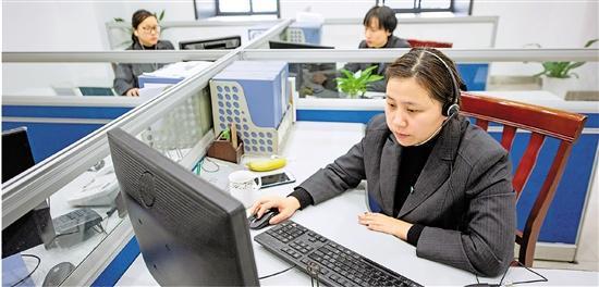 宁波市81890求助服务中心接线员在工作。 本报记者 郭戟铠 摄