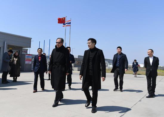 图为:浙江省侨商会会长团走访侨企。 王刚 摄