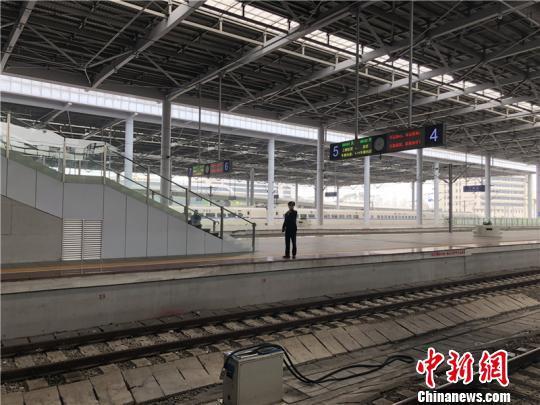 图为宁波火车站站台。 林波 摄