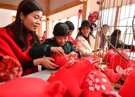 图为手工红猪缝制。