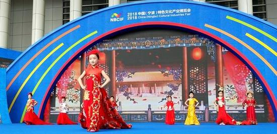 现场还邀请来了一群小模特演绎体现十里红妆主题的服装,引来很多市民围观。