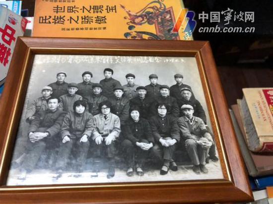 (照片中央的便是年轻时的朱有祥)