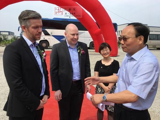 柴利能(右一)正在与丹马士亚太区CEO 霍满庭(左二)交流相关情况