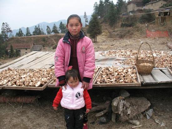 2008年叶晶晶和妹妹在龙泉家