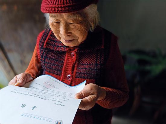 图为学生外婆看喜报。 学院提供