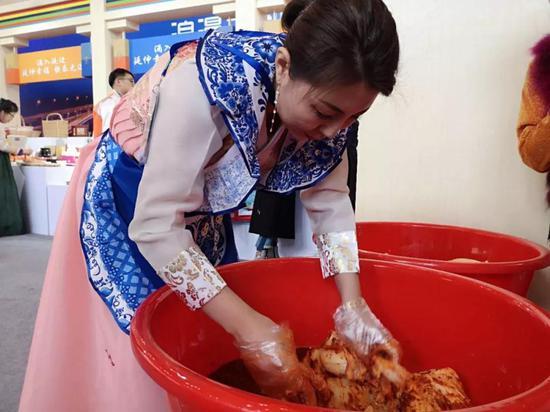 延边馆,可以看到现场制作辣白菜,一直深受甬城市民喜爱。