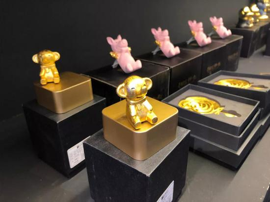 南京馆展出了金陵金箔,现场感受这项薄如蝉翼、千锤百炼的传统工艺。