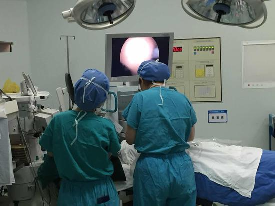 医生在进行手术 宁波移动供图