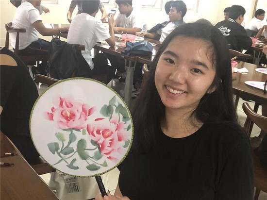 图为海外大学生展示牡丹作品 李佳赟 摄