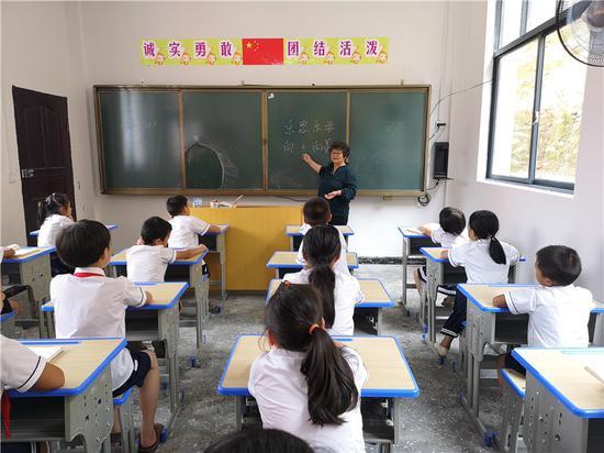 """图为""""支教奶奶""""周秀芳为孩子们上课 鄞州区委宣传部供图"""