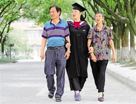 刚刚毕业的叶晶晶陪胡爷爷游览大学校园。郑之超 摄