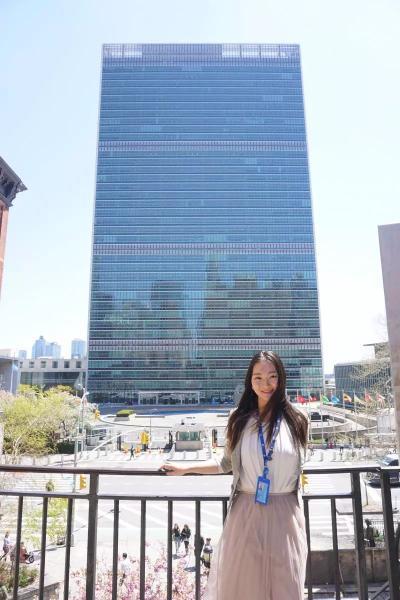 俞丹吟在联合国总部大楼前