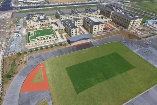 ●学校操场、大楼已建成