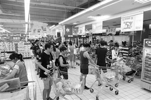 不宁波鄞州区,晚上来逛超市的市民排队结账