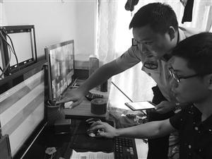 民警上门帮助外来人员上网自助申报居住证 通讯员供图
