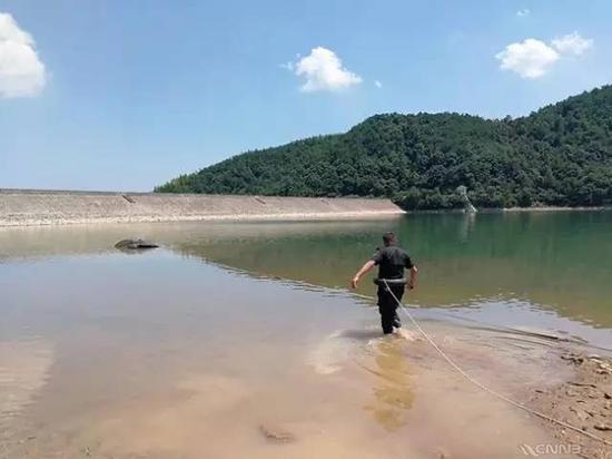 北仑警方已将此车打捞上岸,历时6个小时。