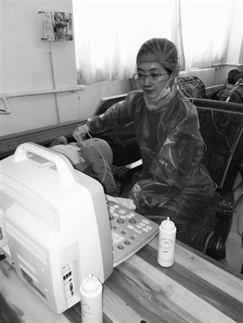 v陈梅戴着鼻氧管为藏族同胞做筛查。图片由受访者提供