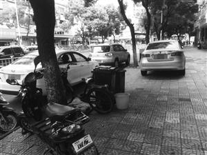 车辆乱停放,有的直接停在人行道上
