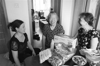 志愿者们上门看望结对的失智老人(中)。图片由志愿者提供
