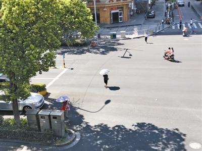 行人乱穿马路。