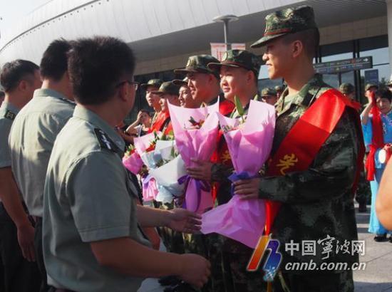 潮图为新兵从人武部领导手中接过鲜花。(罗瑞莲 摄)