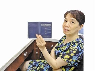天封塔景点工作人员王女士手拿的就是香港同胞丢失的证件。记者孔玲摄