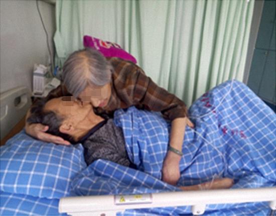 84岁的王老太执意留院,日夜陪护同病房患癌老伴。 图片由医院提供
