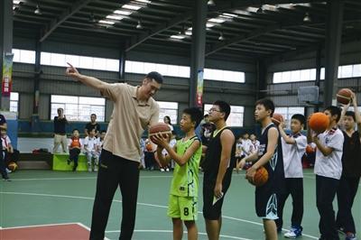 篮球明星李可 现身外国语学校