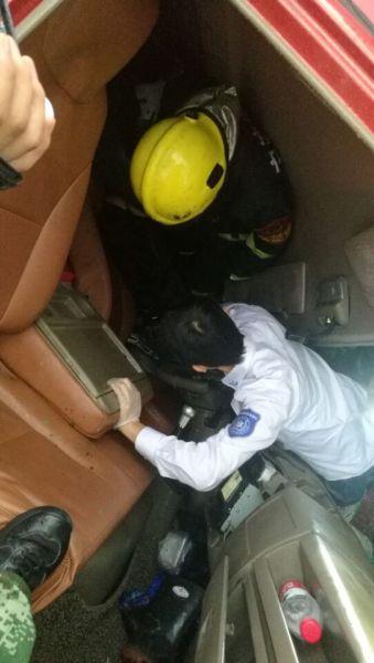 图为:救援人员正在现场救援。