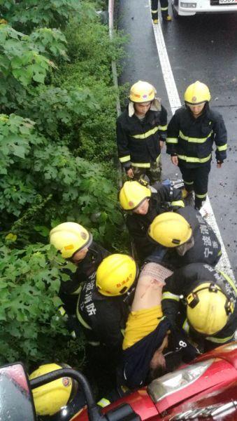 图为:消防人员救出一名被困者。