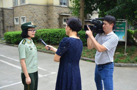 图为:鄞州消防人员接受记者采访。