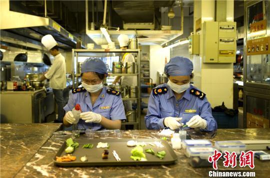 图为宁波市场监管人员对高考供餐单位开展食品安全快速检测 宁波市场监管局供图
