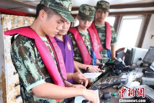 图为:海警官兵在海上严查严管。 何蒋勇 摄