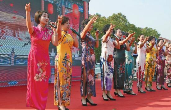 奉化电大(社区学院)越剧唱腔班学员在该区活动周开幕仪式上表演。