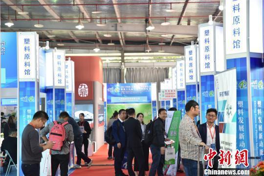 第十九届中国塑料博览会现场。 何蒋勇 摄