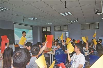 2016年5月14日,宁大创业班学生在课堂上讨论人生规划。