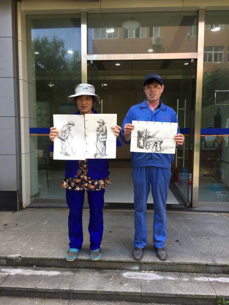 宁波大学校卫队员收到学生党员赠送的画作。 由校方供图