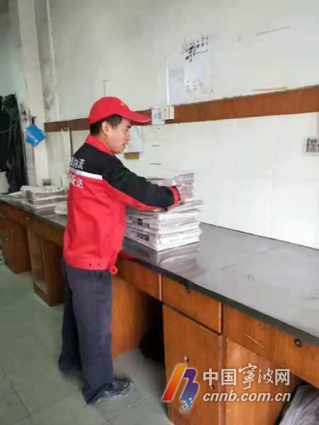 江志定正在整理报纸