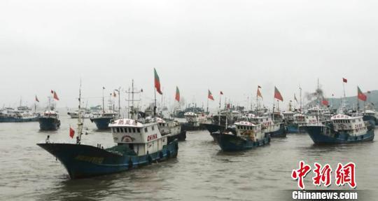 图为:浙江台州渔船返港休渔 梁敏慧 摄