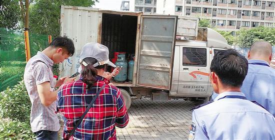 杭州1商铺前现可疑厢式货车 里面藏着18瓶黑煤气