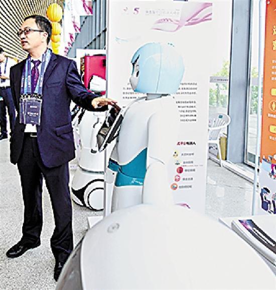 """浙江""""远传""""的营业服务机器人。"""