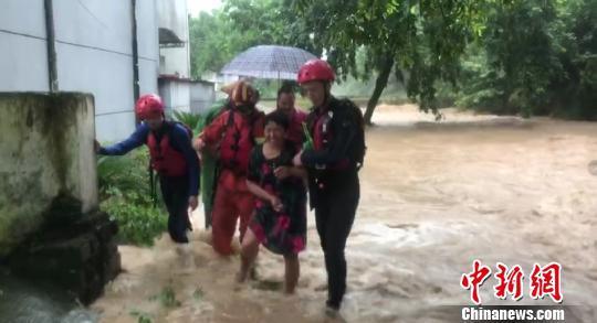 消防队员救助被困群众。龙游消防中队供图