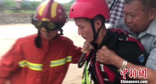 消防队员正在将被困群众转移至安全区域。龙游消防中队供图