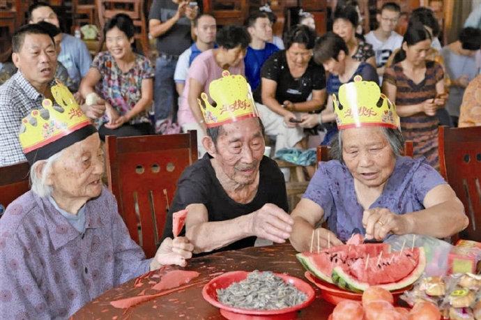 前岙村举行乡贤孝贤主题活动 75岁老人共庆集体生日