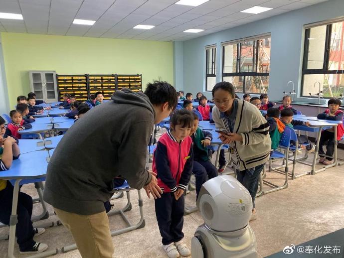奉化区实验小学举办校园科技节 机器人与孩子面对面
