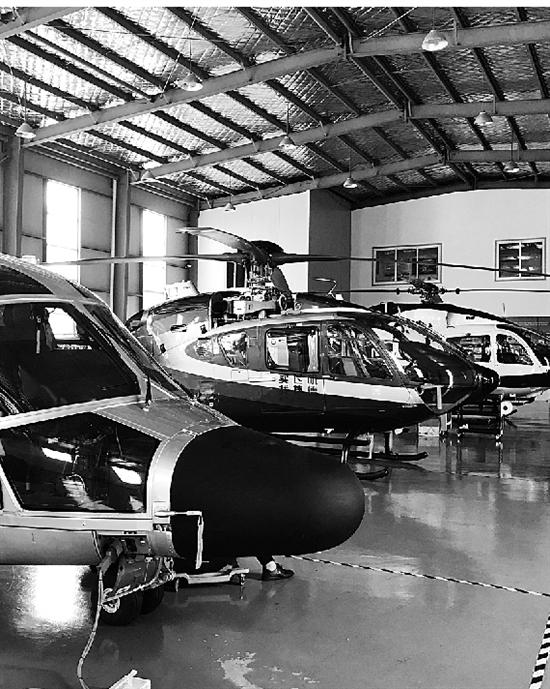 捷德航空机库里的直升机。