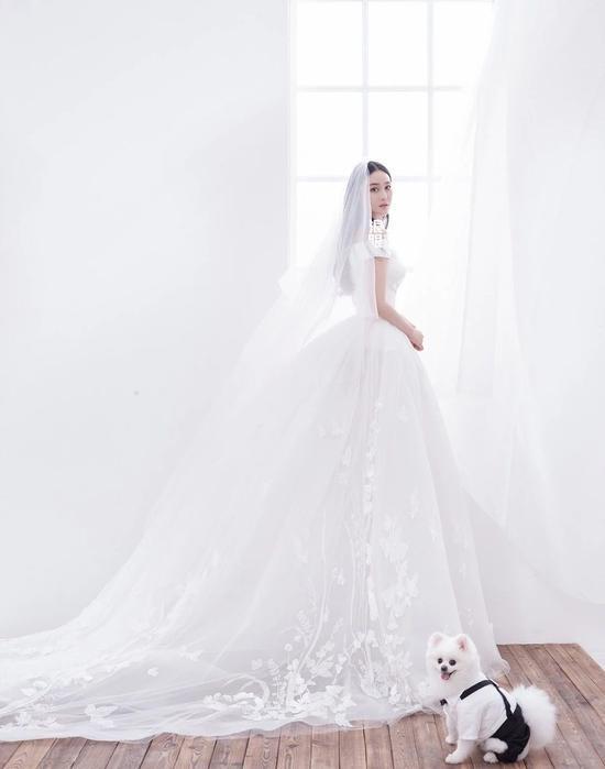 婚纱纯白浪漫唯美,拥有完美身材比例的张馨予,美丽中尽显个人气质。