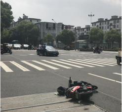 宁波女子骑电瓶车闯红灯被撞 没扣紧头盔摔成脑震荡