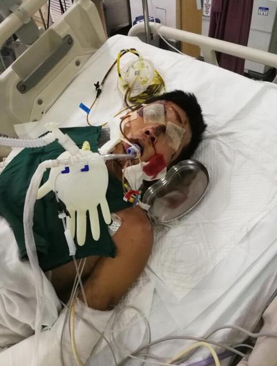 车祸后,小伙被送进宁大附院急诊室抢救时的情景。